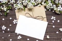 空白的白色贺卡和信封与春天进展的ch 图库摄影