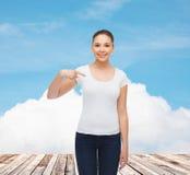 空白的白色T恤杉的微笑的少妇 免版税库存照片