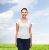 空白的白色T恤杉的微笑的少妇 免版税库存图片