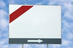 空白的空的白色广告牌拷贝空间、红色和灰栏和箭头,明亮的蓝色夏天天空cloudscape覆盖,路旁路标 库存图片