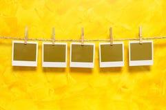 空白的立即照片在一条洗涤的线打印 免版税库存图片