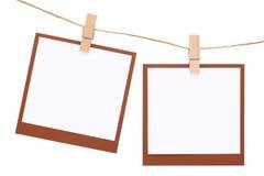 空白的立即照片在与晒衣夹的绳索垂悬了 库存图片