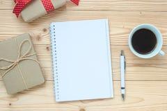 空白的笔记本、无奶咖啡杯子和笔在木桌上,顶视图和拷贝空间 圣诞节,新年快乐新的开始,目标,Res 免版税库存图片