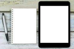 空白的笔记本、银色笔和黑片剂计算机有空白的 库存照片