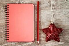 空白的笔记本和圣诞节星 免版税库存照片