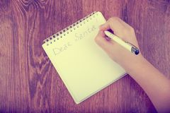 空白的笔记本和妇女手顶视图有笔的,自由空间 女孩给圣诞老人,拷贝空间的文字信件 免版税库存图片