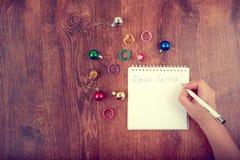 空白的笔记本和妇女手顶视图有笔的,自由空间 女孩给圣诞老人,拷贝空间的文字信件 在木桌上的平的位置 库存图片