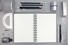 空白的笔记本和学校用品在被回收的纸背景 免版税库存图片