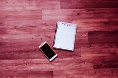 2018空白的笔记本纸,白色聪明的电话大理石桌背景, 2018新年嘲笑,与拷贝空间的模板文本的, 免版税库存照片