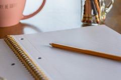 空白的笔记本页和铅笔 库存照片
