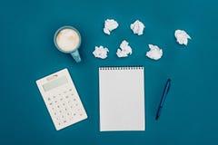 空白的笔记本顶视图有笔、计算器和被弄皱的纸的 库存图片