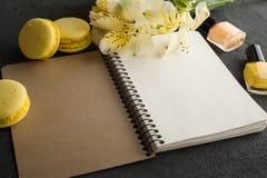 空白的笔记本,黄色蛋白杏仁饼干 免版税库存图片
