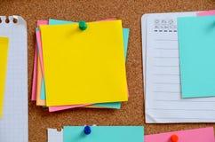 空白的笔记被别住入棕色corkboard 图库摄影