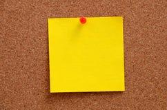 空白的笔记被别住入corkboard 免版税库存照片
