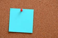 空白的笔记被别住入corkboard 库存照片