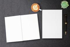 空白的精装书帆布书嘲笑为设计在黑桌上的书套 图库摄影