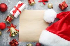 空白的纸片与圣诞老人帽子的 免版税库存图片