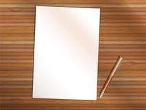 空白的纸片与笔的在木桌上 复制空间 免版税库存照片