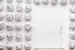 空白的纸片和笔创造性的过程 图库摄影