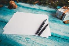 空白的纸片在圣诞节蓝色木桌上的 库存照片