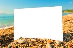 空白的纸片在海滩的 免版税库存照片