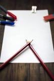 空白的纸片,铅笔,在黑暗的木书桌上的橡皮擦 免版税图库摄影