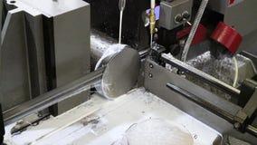 空白的细节的工业金属机床切削过程由机械电子锯的 股票视频