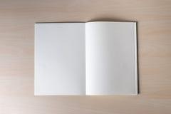 空白的编目和书,杂志在木背景fo嘲笑  免版税库存图片