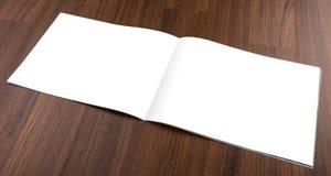 空白的编目,小册子,杂志,书嘲笑在木backgroun 免版税库存照片