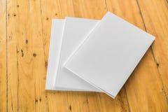 空白的编目,杂志,书嘲笑在木背景 免版税库存图片