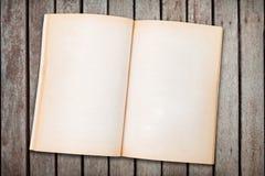 空白的老被打开的笔记本 图库摄影