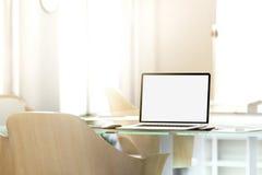 空白的膝上型计算机屏幕大模型在办公室,景深作用, 库存照片