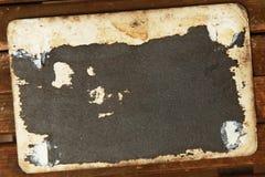 空白的葡萄酒明信片和信封在老木背景 免版税库存图片