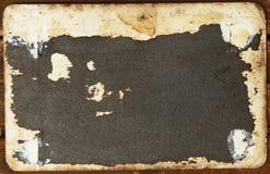 空白的葡萄酒明信片和信封在老木背景 免版税库存照片