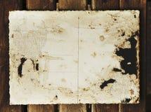 空白的葡萄酒明信片和信封在老木背景pl 库存照片