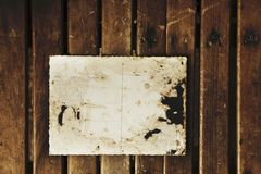 空白的葡萄酒明信片和信封在老木背景pl 免版税库存照片