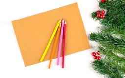 空白的葡萄酒纸构筑了圣诞树分支在木头的 圣诞节装饰装饰新家庭想法 免版税库存照片