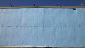 空白的蓝色裱糊的广告牌 库存照片