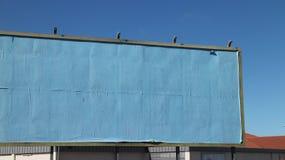 空白的蓝色裱糊的广告牌 免版税库存图片
