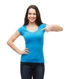 空白的蓝色T恤杉的微笑的女孩 免版税库存图片