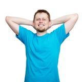 空白的蓝色T恤杉的微笑的年轻人 库存图片