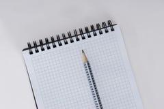 空白的螺纹笔记本和笔在白色背景 免版税库存照片