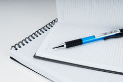 空白的螺纹笔记本和笔记薄和笔在白色背景 免版税图库摄影