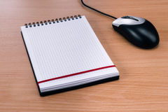 空白的螺纹笔记本和计算机老鼠 库存照片