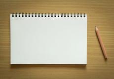 空白的螺纹笔记本和铅笔 库存图片