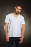 空白的衬衣的英俊的偶然时尚人人 库存图片