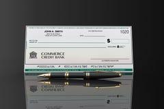 空白的银行支票和钢笔 库存照片