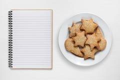 空白的食谱书和曲奇饼 免版税库存图片