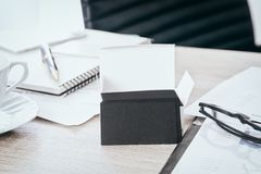 空白的黑名片嘲笑在办公桌上为嘲笑联络id信息设计模板使用我们,截去 库存照片