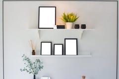 空白的黑木制框架和树在架子在wal的白水泥 库存图片